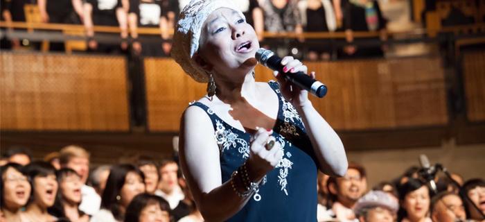 """Cantante con cáncer terminal glorifica a Dios en su """"último show"""""""