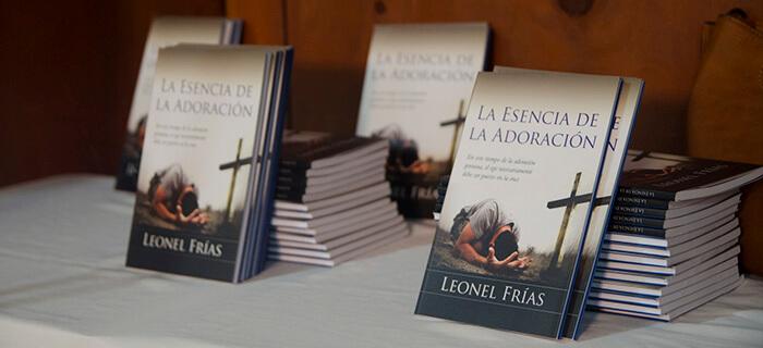 Pastor Leonel Frías presenta libro La Esencia de la Adoración
