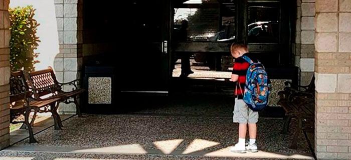 Niño se vuelve viral al orar y agradecer a Dios antes de ingresar a escuela