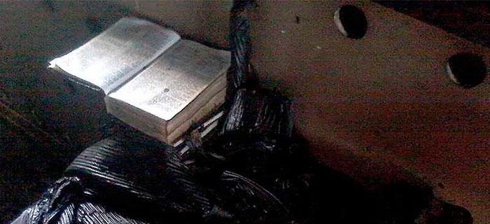 Extremistas incendian iglesia y Biblia queda intacta