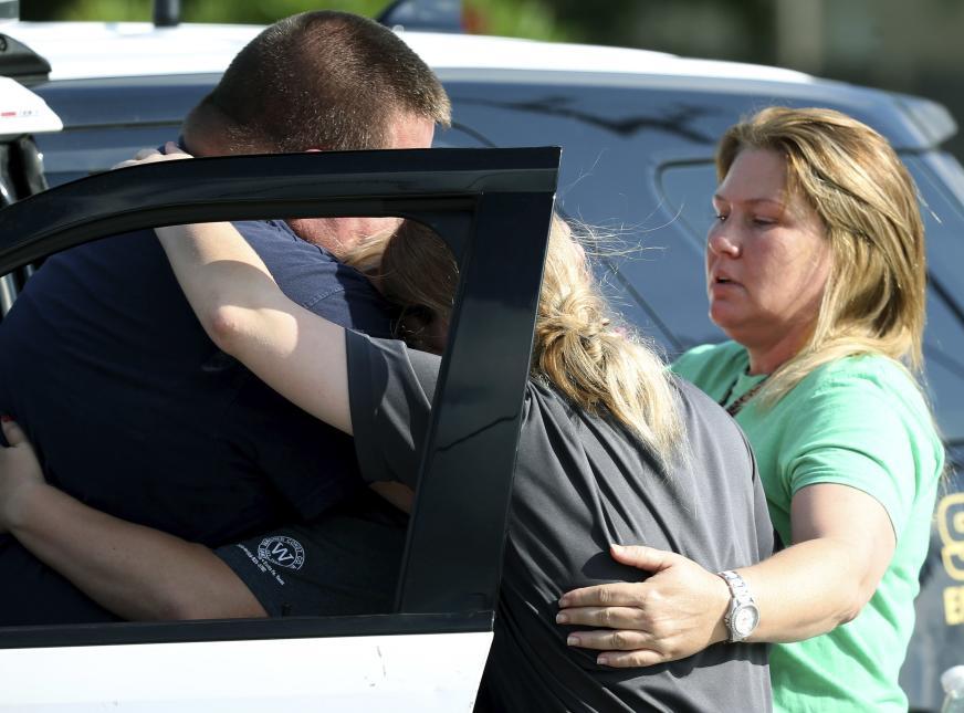 El sospechoso dejó escrito en su computadora y teléfono celular que tenía inicialmente la intención de suicidarse pero, según reveló el gobernador, luego confesó a las autoridades que no tuvo el coraje de hacerlo.