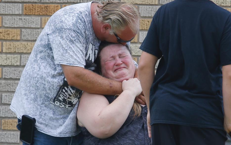 Un hombre abraza una mujer cerca de la Santa Fe High School, donde se han reunido los familiares de los alumnos