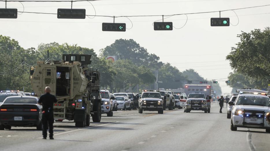 El tráfico en losLa secundaria Santa Fe se encuentra unas 30 millas (unos 50 km) al sur de Houston. alrededores de donde ocurrió el tiroteo.