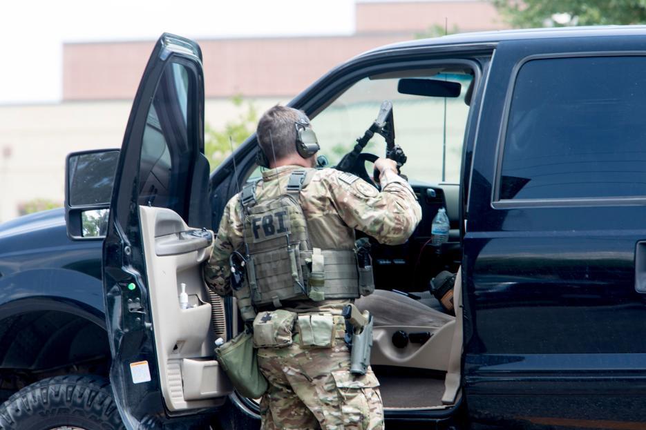 Un agente del FBI en el estacionamiento de la secundaria Santa Fe.