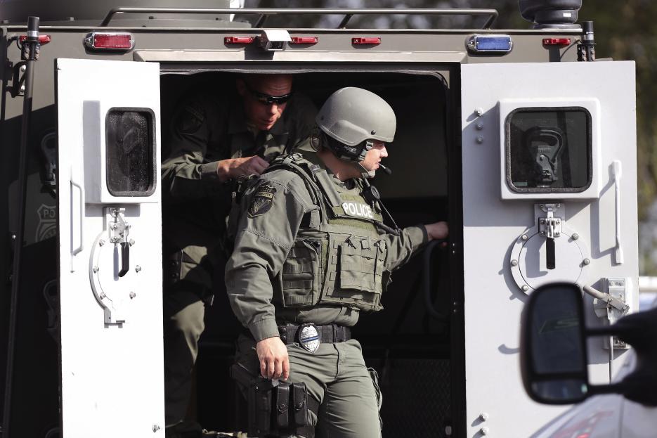 Oficiales de policía de asalto en la secundaria Santa Fe