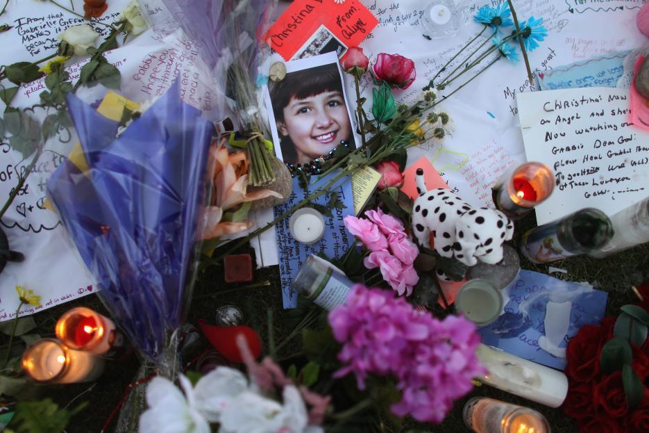 2011. Reunión comunitaria en un centro comercial de Tucson, Arizona 2011. Jared Lee Loughner, de 23 años, disparó con una pistola Glock a los asistentes a una reunión de ciudadanos con la congresista demócrata Gabrielle Giffords en un centro comercial. En el tiroteo murieron seis personas, incluidos el juez federal John McCarthy Roll y una niña de nueve años. La congresista Giffords, el blanco principal del ataque, resultó herida. Loughner fue detenido por los propios testigos y condenado a cadena perpetua. En la fotografía, un altar conmemorativo de las víctimas con la imagen de Christina Taylor-Green, la pequeña que falleció en el ataque. 8 de enero de 2011.