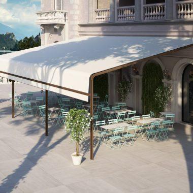 Il modello MALAGA è una tenda con guide a scorrimento superiore plurimodulare adatta per la copertura di vaste superfici quali ristoranti, bar e terrazzi.
