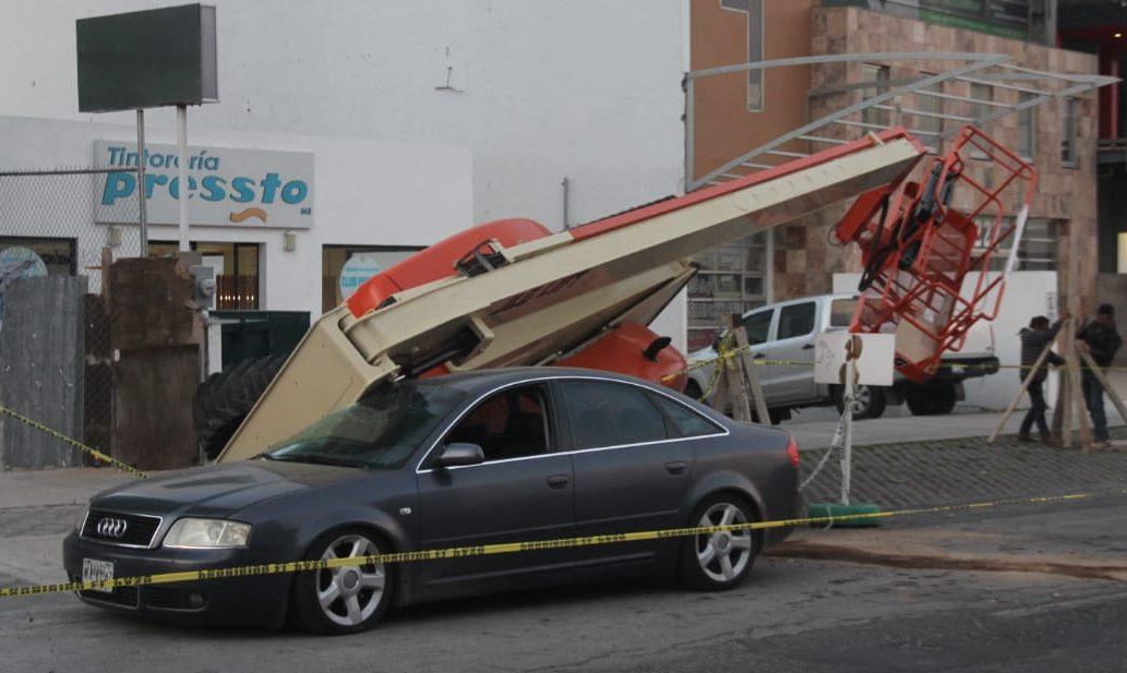 Cae grúa sobre auto Audi en Zona Plateada