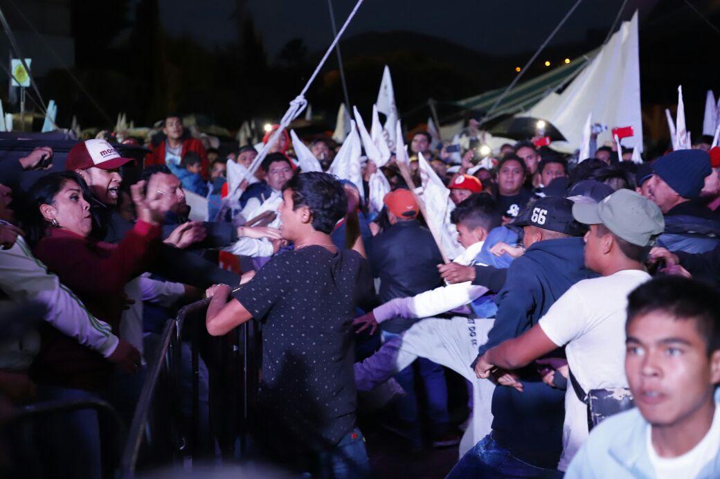 Se registra conato de bronca en evento de AMLO en Plaza Juárez