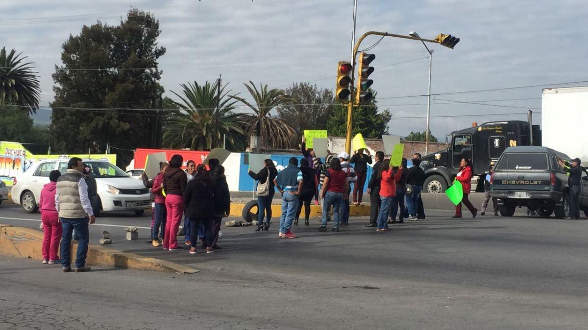 Padres de familia bloquean la Pachuca-Actopan
