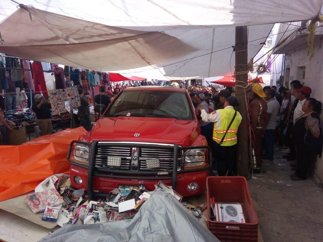 Camioneta sin frenos entra a tianguis de Tulancingo y arrolla puestos y personas
