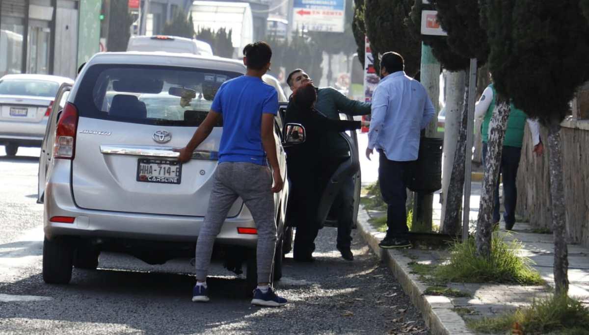 Pelean automovilistas en la avenida Juárez de Pachuca
