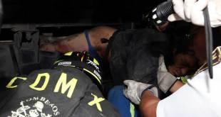 Rescatan a hombre atrapado en chasis