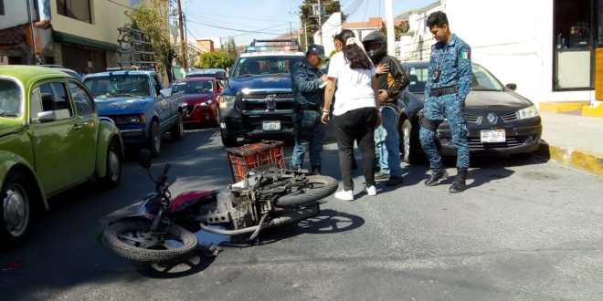 Moto impactó contra vehículo en Avenida Revolución
