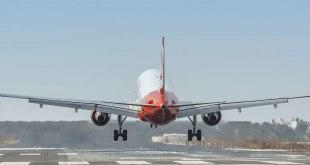 Joven abre la puerta del avión y se lanza al vacío en pleno vuelo