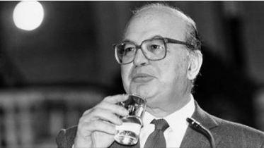 George Soros, ebreo ungherese nato il 12 agosto 1930, denominato lo squalo da Bettino Craxi, nel 1992 si pappò da solo più di 15mila miliardi di debito pubblico italiano.