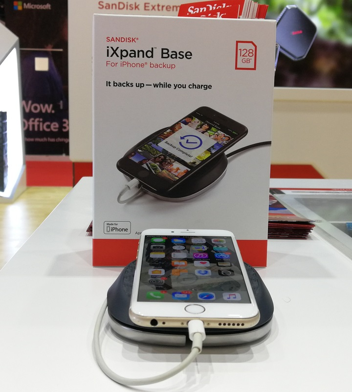 SanDisk-iXpand-Base-with-iPhone