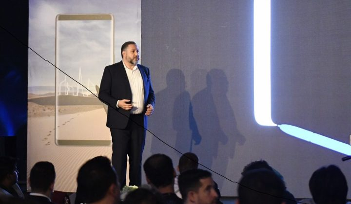 Tarek Sabbagh, Head of IT & Mobile (IM) Division at Samsung Gulf Electronics explaining features of the Samsung Galaxy Note8