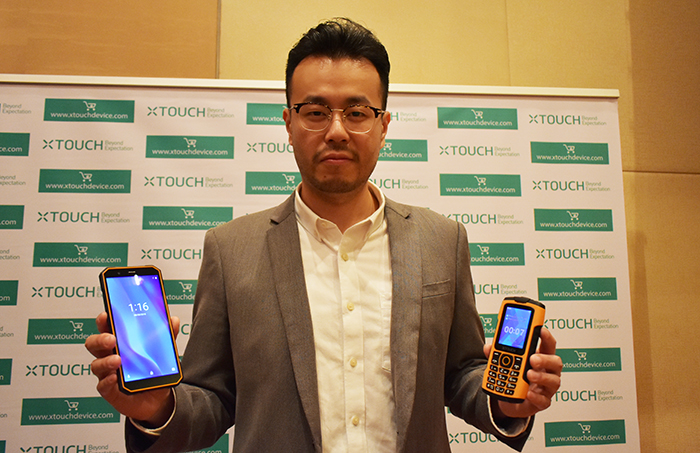 Tim Chen with XTouch's XBot Senior & Xbot Swimmer phones