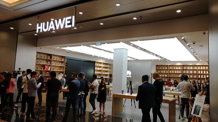 Huawei opens flagship store in Mall of Emirates, Dubai (UAE)