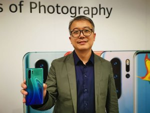 David_Wang,UAE-Country-Manager,-HUAWEI-CBG-with-P30-Pro