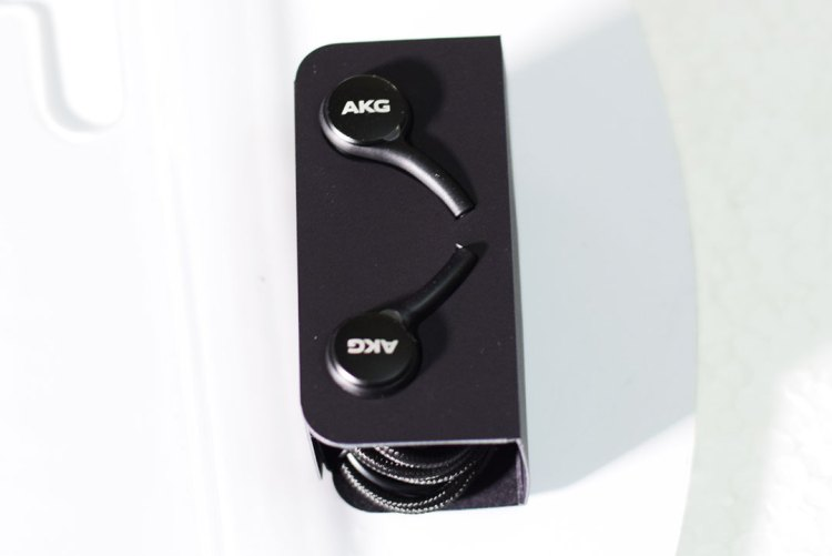 Samsung_Galaxy_Note10-AKG-Headphones_with_USB-Type-C-pin