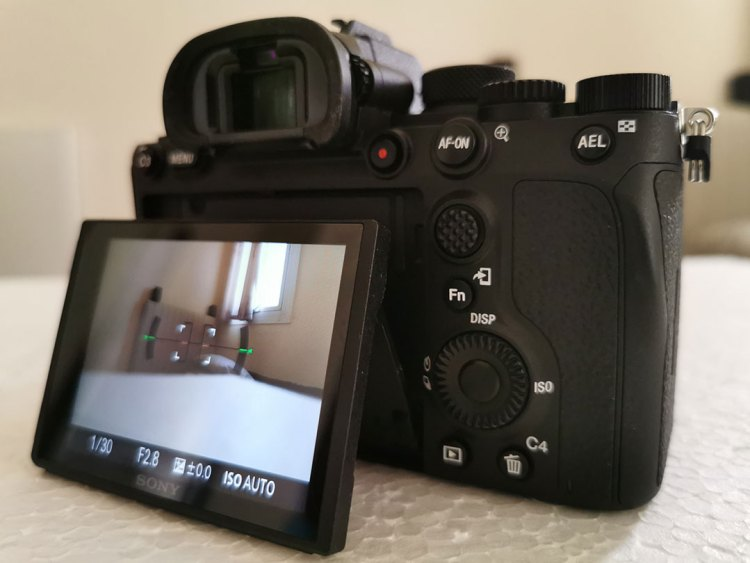 Sony-α7R-IV-Camera-Dial-button_&_AF-point-joystick