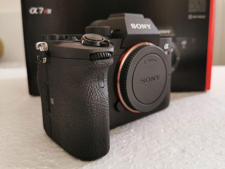 Sony-α7R-IV-Camera-Ergonomically_-better_grip
