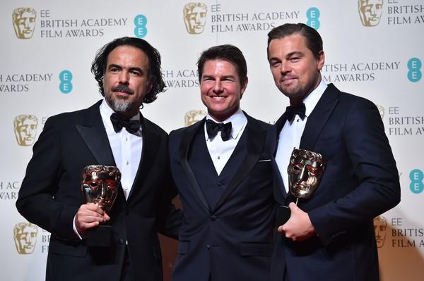 Alejandro González Iñárritu et Leonardo DiCaprio entourent Tom Cruise qui tape l'incruste (photo: AFP)
