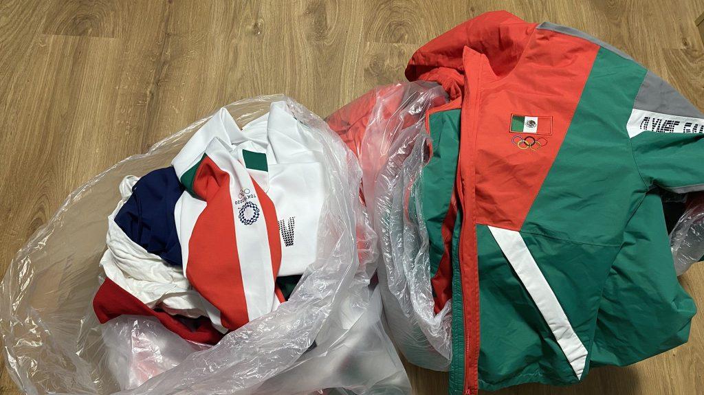 Selección mexicana de softbol tira uniformes a la basura