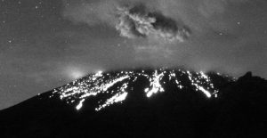 CNPC señaló que en las primeras horas de este sábado se registró, que en el volcán Popocatépetl ocurrió una explosión que arrojó material incandescente