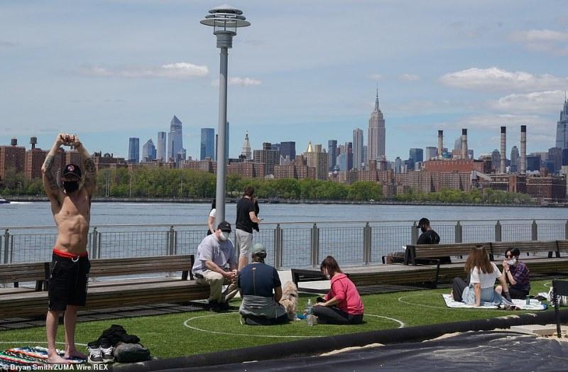 nova-normalna-realnost-vo-park-vo-njujork-se-uzhiva-vo-nacrtani-krugovi-na-distanca-07.jpg