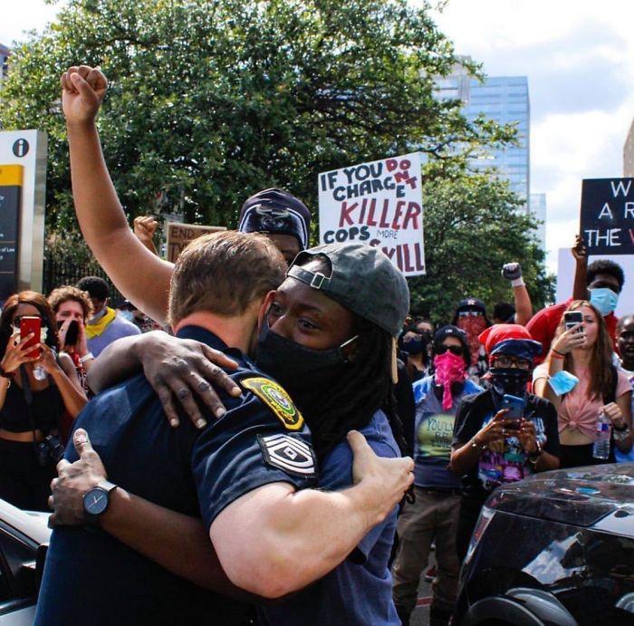 muralot-na-kobi-zachuvan-policajcite-na-kolena-mokjni-momenti-od-protestite-vo-sad-11.jpg