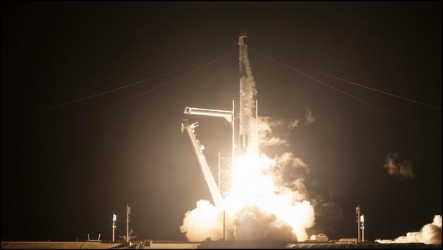 posle-uspeshnoto-lansiranje-so-raketata-falcon-9-crew-dragon-vtorpat-nosi-astronauti-do-megjunarodnata-vselenska-stanica-foto-video-08.jpg