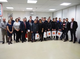 Le groupe d'étudiants de ESOS avec Filip Vucak et les équipes enseignantes