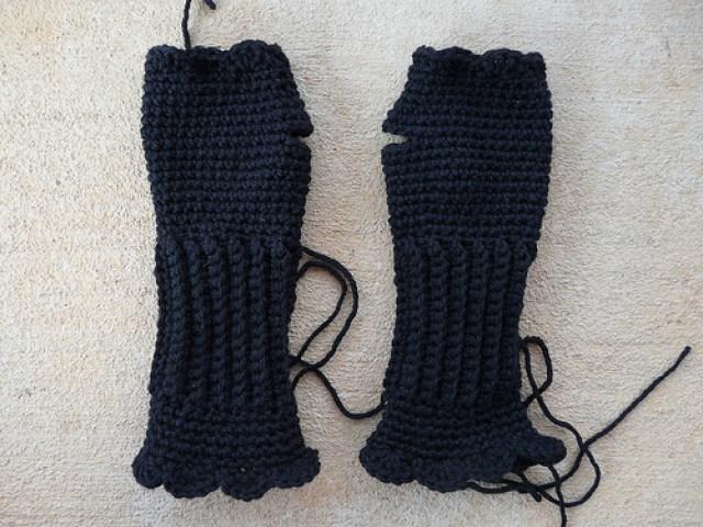 crochetbug, crochet texting gloves, textured crochet, crochet shells, crochet fingerless gloves