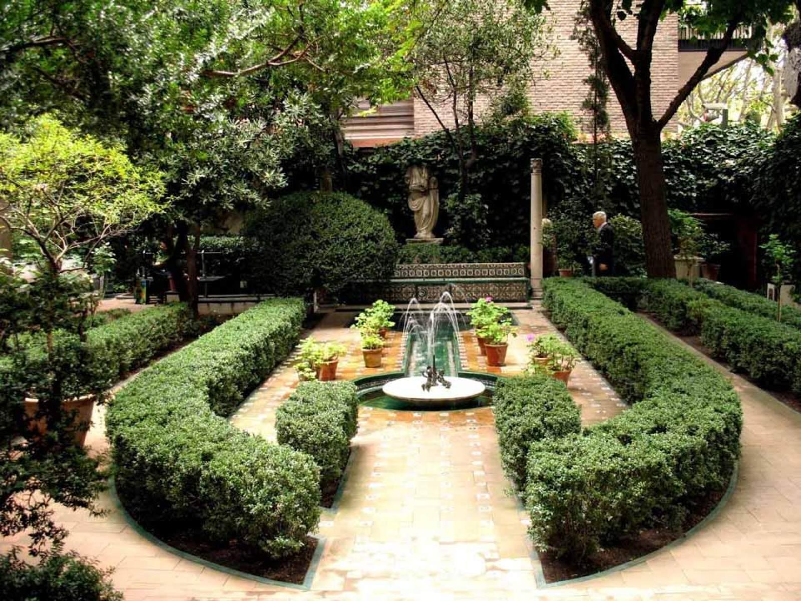 Vista de la segunda parte del jardín influenciado por el Generalife granadino