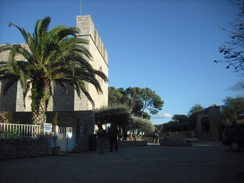 800px-Sant_Martí_d'Empúries._Plaça_Major