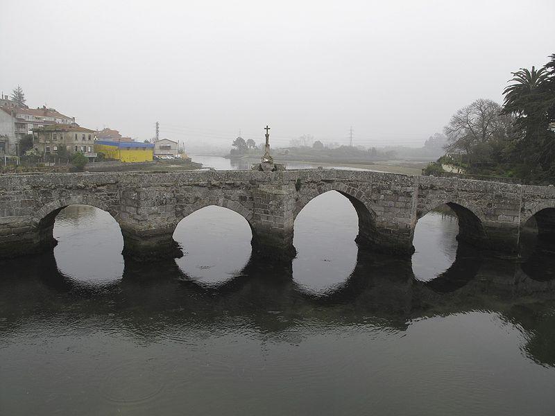 Puente románico sobre el río Miñor (A Ramallosa), cercano a la desembocadura del río Miño. Foto: Patantxa.