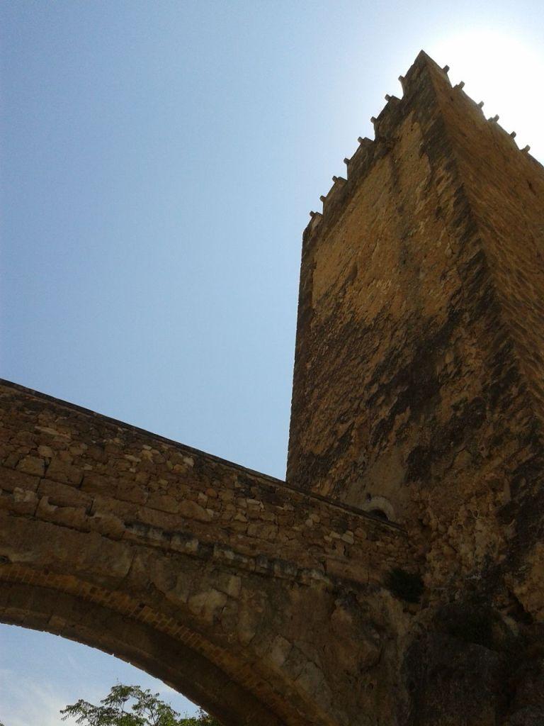 Foso, puente y Torre Mayor del Castillo de Buñol.