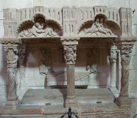 Cenotafio de mujer yacente de la iglesia de La magdalena.