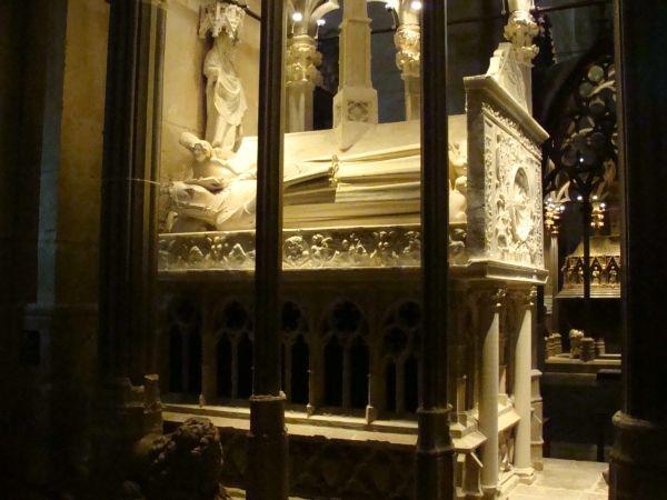 Sepulcro de Jaime II el Justo y Blanca de Anjou.