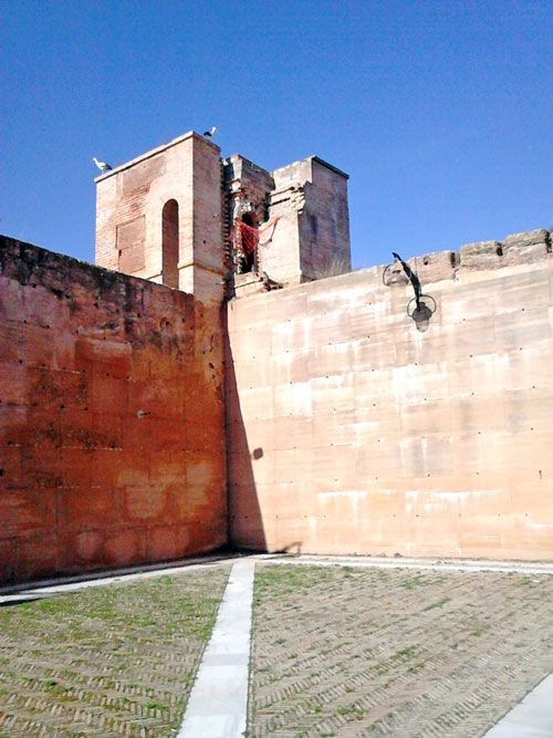 Plaza de armas y torre del homenaje.