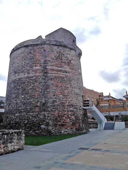 Torre Umbría, exterior y acceso a la torre