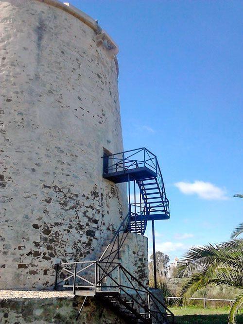 Acceso al interior de la torre de Canela.
