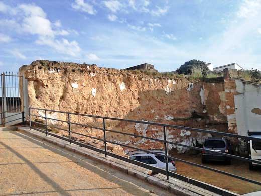 Castillo de Moguer, lienzo sureste con huellas de las casas adosadas a la muralla