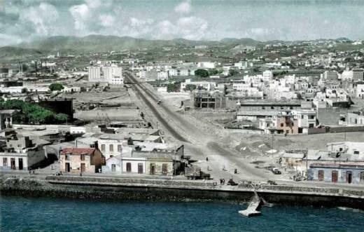 Fotografía de los Barrios de Los Llanos y El Cabo separados por la futura Avenida Tres de Mayo, justo antes de las expropiaciones.