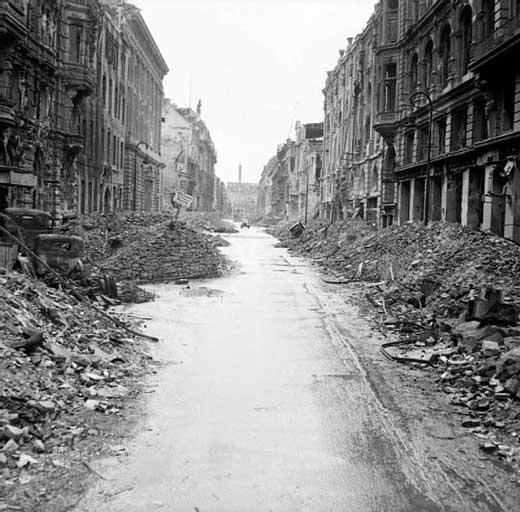Calle en ruinas de la ciudad de Berlín después de los bombardeos de la II Guerra Mundial.