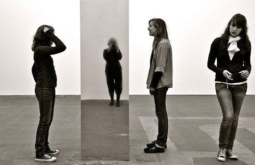 Personas contemplando obra de arte