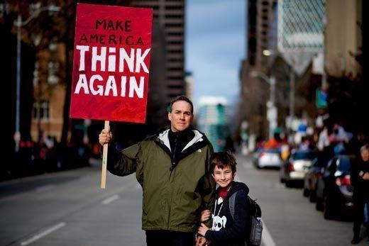 Personas sosteniendo pancarta
